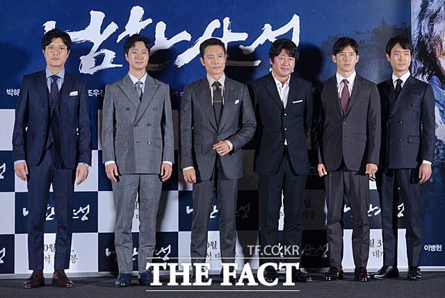 映画「南漢山城」主役ら。左からパク・ヒスン、パク・ヘイル、イ・ビョンホン、キム・ユンソク、コ・ス、チョ・ウジン。