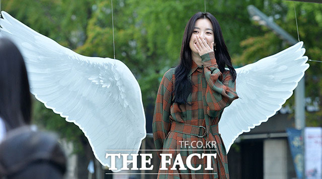 """女優のハン・ヒョジュが26日午前、ソウルで開かれた「2017 緑の傘 天使デイ」キャンペーンに出席し、""""天使の羽""""を見て笑っている。"""