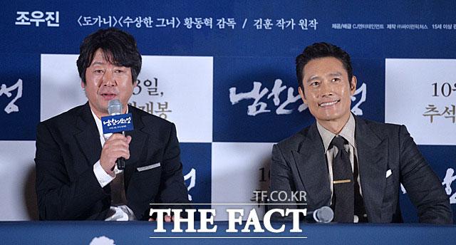 映画「南漢山城」が公開2日目で観客100万人を動員した。写真は主演を務めたキム・ユンソク(左)とイ・ビョンホン