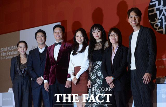 釜山国際映画祭のカン・スヨン執行委員長をはじめイム・ジョンウン、ソ・テファ、パク・ジス、ムン・グニョン、シン・スウォン、キム・テフン(左から)が12日午後、釜山・海雲台(ヘウンデ)の映画の殿堂で開かれた第22回釜山国際映画祭の開幕作「ガラスの庭園」の記者会見に出席した。|イム・セジュン記者