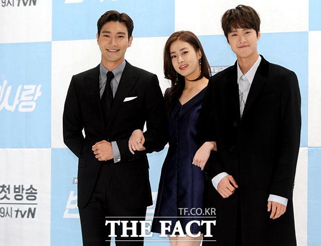 tvNの新ドラマ「ピョン・ヒョクの愛」の制作発表会に出席したシウォン、カン・ソラ、コンミョン。