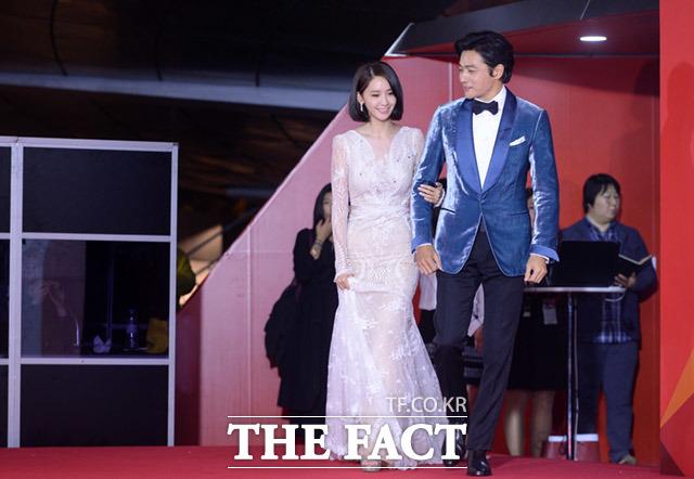 少女時代のユナと俳優のチャン・ドンゴンが12日、韓国・釜山で開かれた第22回釜山国際映画祭の開幕式に登場した。|イム・セジュン