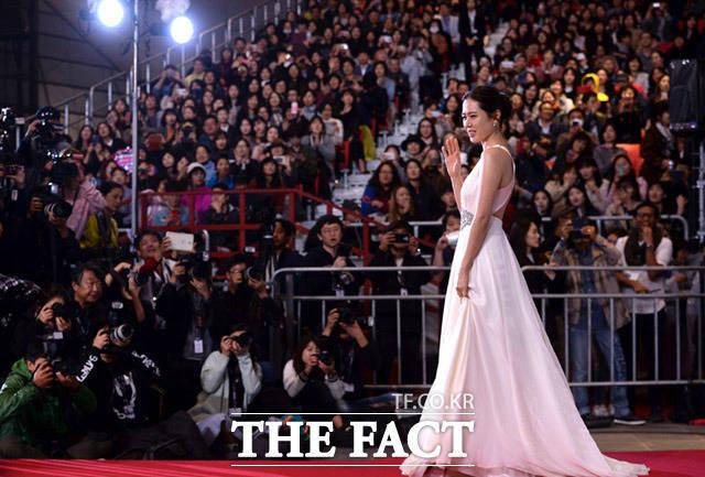 女優のソン・イェジンが12日、韓国・釜山で開かれた第22回釜山国際映画祭の開幕式に登場した。|イム・セジュン