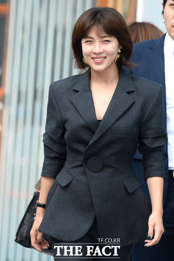"""女優のイ・ジェフンが14日、釜山・海雲台(ヘウンデ)で行われた「第22回釜山国際映画祭」のイベント""""映画「MANHUNT」の屋外舞台あいさつ""""に参加した。"""