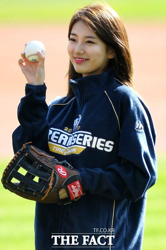 歌手で女優のスジが29日、ソウル蚕室(チャムシル)野球場で行われた韓国プロ野球「2017 KBOリーグ韓国シリーズ第4戦の始球式に登場した。