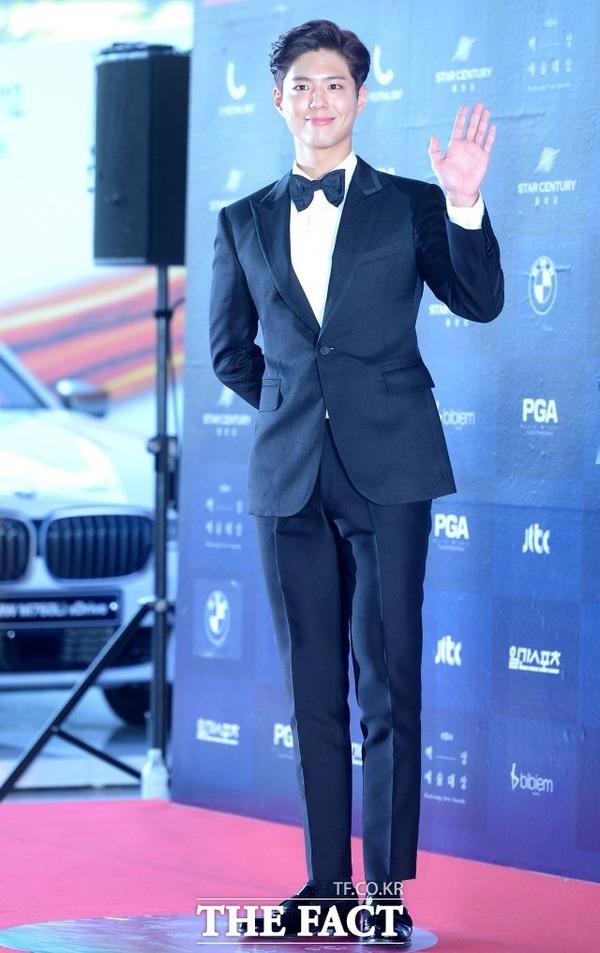 俳優のパク・ボゴムはソン・ジュンギ&ソン・ヘギョの結婚式に参席し、特技のピアノ演奏を披露する予定だ。