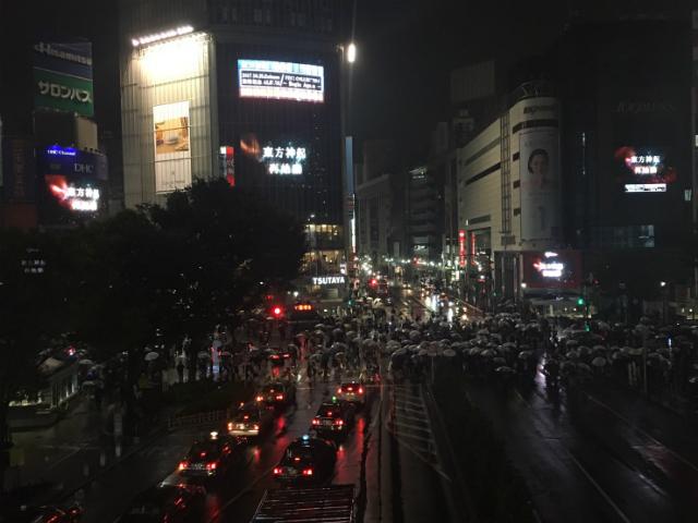 東方神起がハロウィンで盛り上がる渋谷の街をジャック