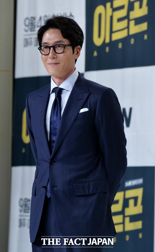 韓国の実力派俳優キム・ジュヒョクさんが30日午後、運転していた車が転覆する事故で死亡した。写真は、今年の夏、主演ドラマ「アルゴン」の制作発表会で撮影したもの。|THE FACT DB