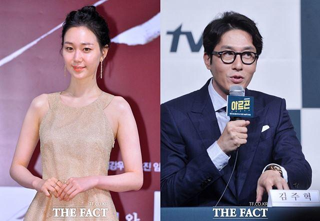 交通事故で突然死亡した俳優のキム・ジュヒョク(45)さんの恋人イ・ユヨン(28)が、大きな衝撃を受けたと伝えられた。