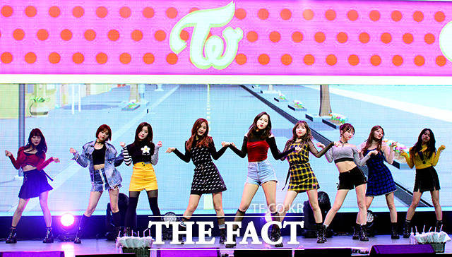 TWICEが30日、ソウルで初のフルアルバム「Twicetagram」の発売を記念するショーケースを開催した。