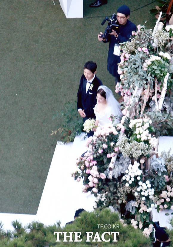 俳優ソン・ジュンギと女優ソン・ヘギョの挙式が31日午後、ソウルのホテル新羅で行われた。 撮影:写真共同取材団