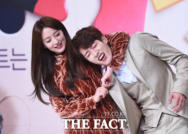 INFINITE ソンヨルが主演を務めるドラマ「憎くても愛してる」の制作発表会が9日、ソウルで開かれた。左は女優のピョ・イェジン。