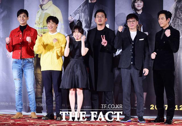 映画「神と共に」の制作報告会が14日午前、ソウルで開かれた。同映画にはチュ・ジフン、チャ・テヒョン、キム・ヒャンギ、ハ・ジョンウ、イ・ジョンジェ(左から)が出演した。