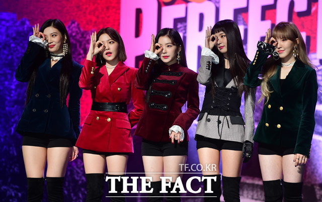 Red Velvetの2ndフルアルバム「Perfect Velvet」のショーケースが16日午後、ソウル・江南のSMTOWN@coexartiumで行われた。