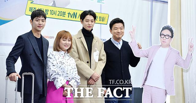 俳優のヨ・フェヒョン、お笑い芸人のパク・ナレ、歌手のチョン・ジュニョン、タレントのキム・センミン(左から)が23日、ソウルで開かれたtvN新バラエティ「チャンネツアー」の制作発表会に参加した。