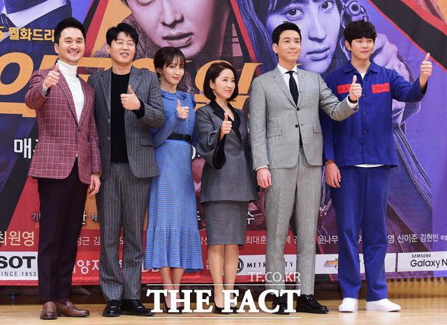 チャン・ヒョンソン、キム・ヒウォン、チョン・へソン、ユン・ユソン、チェ・ウォンヨン、ユン・ギュンサン(左から)が27日、SBSの新ドラマ「疑問の一勝」制作報告会に出席した。