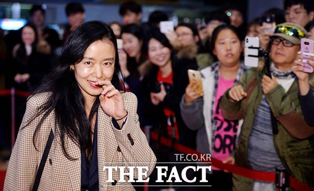 女優のチョン・ドヨンが27日、ソウルで行われた映画「記憶の夜」VIP試写会に出席した。
