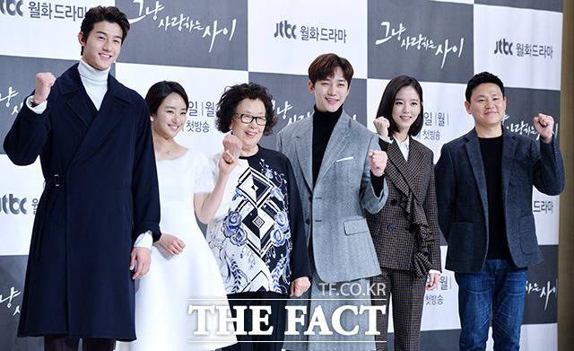 韓国の総合編成チャンネルJTBCの新月火ドラマ「ただ愛する仲(原題)」の制作発表会が6日、ソウルで行われた。写真は左からイ・ギウ、ウォン・ジナ、ナ・ムニ、ジュノ(2PM)、カン・ハンナ、キム・ジンウォン監督。|撮影:イ・ドクイン
