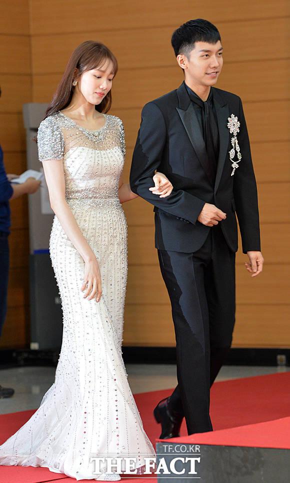 イ・スンギ(右)とイ・ソンギョンが10日、韓国・高陽(コヤン)市で行われた「第32回ゴールデンディスクアワード」に出席した。