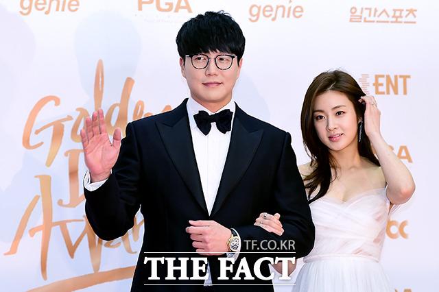 歌手のソン・シギョンと女優のカン・ソラが11日、韓国・高陽(コヤン)市で行われた「第32回ゴールデンディスクアワード」に出席した。