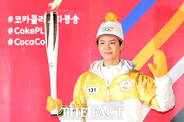 俳優のパク・ボゴムが16日、ソウル・汝矣島(ヨイド)で行われた2018平昌冬季オリンピック聖火リレーにランナーとして参加した。