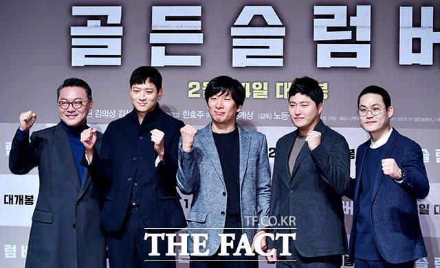 映画「ゴールデンスランバー」の制作報告会が17日、ソウルで行われた。左端から俳優キム・ウィソン、カン・ドンウォン、演出のノ・ドンソク監督、俳優キム・デミョン、キム・ソンギュン。 撮影:イ・ドクイン