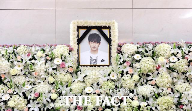 うつ病の治療中に自ら命を絶った俳優チョン・テスさんの葬儀場が22日午後、ソウルの某総合病院に設けられた。|写真共同取材団