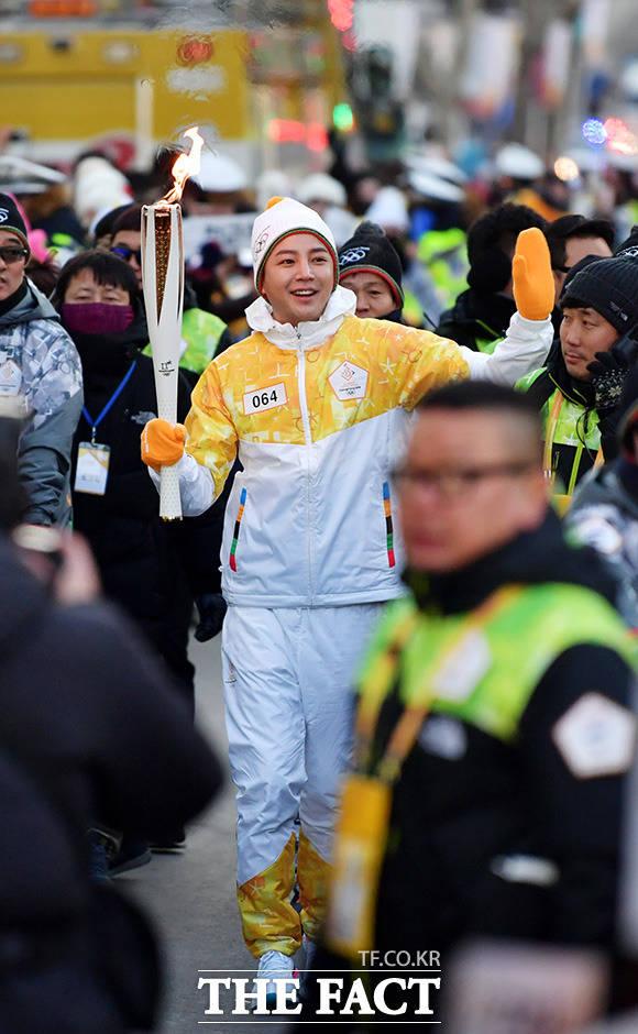 俳優で歌手のチャン・グンソクが29日、江原道・春川市で平昌五輪の聖火リレーに参加した。|撮影:イ・ドクイン