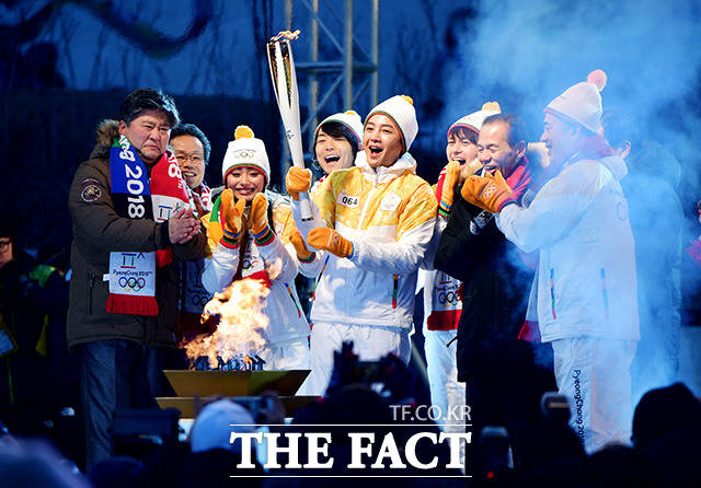 韓国の俳優で歌手のチャン・グンソク、日本のフィギュアスケート元世界選手権王者の安藤美姫、日本の男性アイドルグループ・BOYS AND MENのメンバー小林豊、田中俊介らと江原道・春川市で平昌五輪の聖火リレーに参加した。 撮影:イ・ドクイン