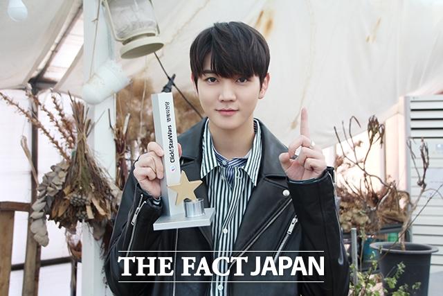 NU'ESTのレンが、韓国アーティストランキング「Click! StarWars」の個人ランキングで10週連続1位を達成した。写真は「Click! StarWars」からの記念トロフィーを手にしているレン。|写真提供:Pledis