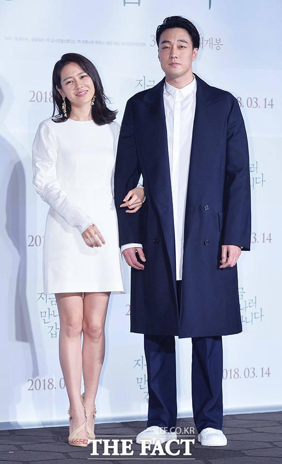 映画「いま、会いにゆきます」の制作発表会見が22日、ソウルで行われた。写真は同映画の男女主演を演じるソ・ジソブとソン・イェジン。| 撮影: イ・ドクイン、イ・ドンリュル