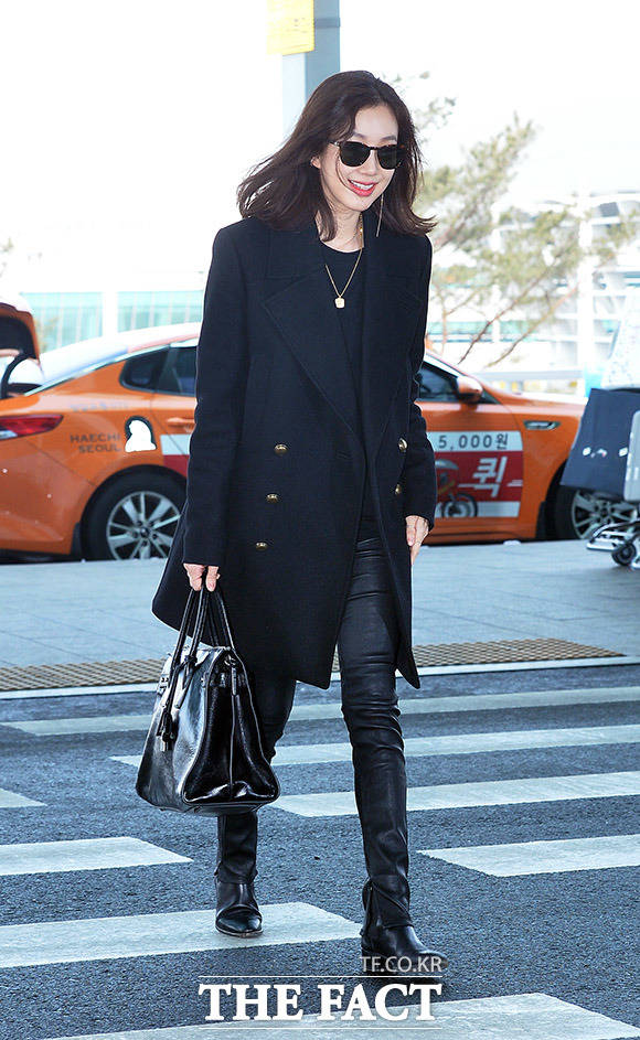 女優のチョン・リョウォンが24日午前、仁川国際空港第2ターミナルを通じて出国した。チョン・リョウォンはファッションショーに出席するため、パリに出国した。