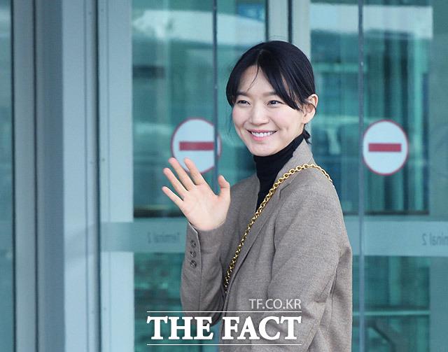 女優のシン・ミナが24日、仁川(インチョン)国際空港第2ターミナルを通じて出国した。