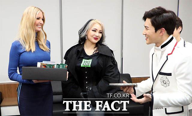 平昌冬季五輪の閉会式に出席するため韓国を訪れているイヴァンカ・トランプ大統領補佐官は閉会式後、EXOとCLに会った。EXOがイヴァンカ氏にお香や芳香剤などをプレゼントしながら「僕たちが米国で公演を行う予定。その公演に招待したい」と語ると、イヴァンカ氏は「公演はいつなのか」と関心を示した。|写真:青瓦台(韓国大統領官邸)