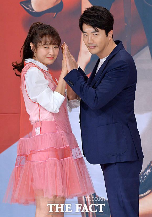 チェ・ガンヒ(左)とクォン・サンウが26日、ソウルで開かれたKBS2TV水木ドラマ「推理の女王」シーズン2の制作発表会に出席した。