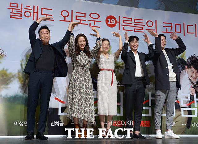 イ・ソンミン、ソン・ジヒョ、シン・ハギュン、イーエル、イ・ビョンホン監督(左から)が6日午前、ソウルで行われた映画「風風風」の制作発表会に出席した。