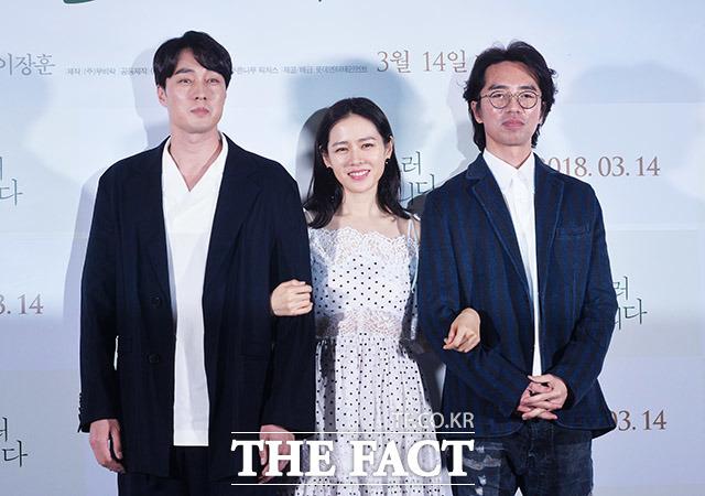 ソ・ジソブ、ソン・イェジン、イ・ジャンフン監督(左から)が6日、ソウルで行われた映画「いま、会いにゆきます」のマスコミ試写会に出席した。