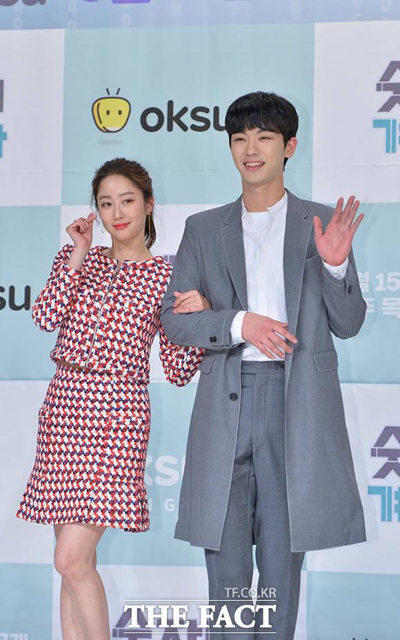 ドラマ「数字女ケ・スクジャ」の制作発表会が12日、ソウルで行われた。写真は同ドラマの男女主演を演じるチョン・ヘビン(左)とアン・ウヨン。|撮影:キム・セジョン