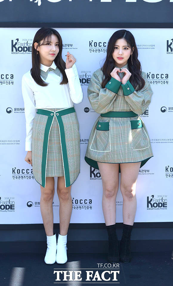 ガールズグループgugudanのナヨン(左)とへヨンが16日午後、ソウルで行われた「ファッションコード2018 F/ W」イベントに出席した。