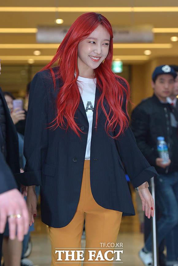 EXIDのハニが18日、京畿道(キョンギド)高陽市(コヤンシ)で行われたコンタクトレンズブランド「O-LENS」のファンサイン会に出席した。
