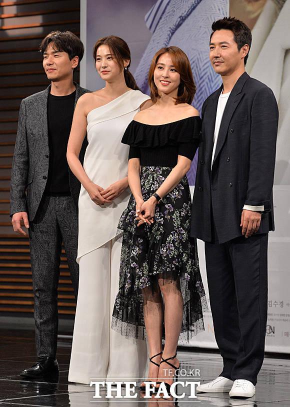 MBC新水木ドラマ「手をつないで-沈む夕日を眺めよう」の制作発表会見が20日、ソウルで行われた。写真は同ドラマの男女主演を務めるユン・サンヒョンとハン・ヘジン。|撮影:ムン・ビョンヒ