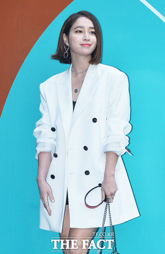 女優のイ・ミンジョンが22日、ソウルの東大門デザインプラザ(DDP)にて開催中の「2018 F/W HERA SEOUL FASHION WEEK」(2018.3.19~3.24)に出席した。