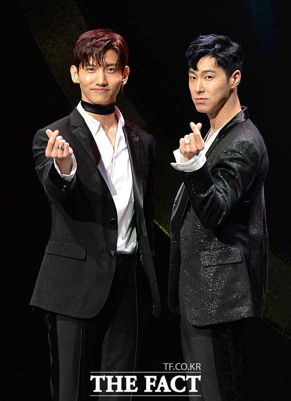 東方神起のメンバー、チャンミン(左)とユンホが28日午後、ソウルで行われた8thフルアルバムのショーケースに登場した。
