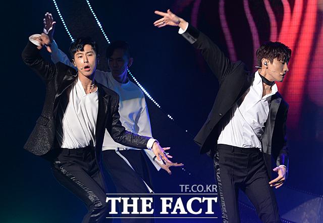 東方神起のメンバー、チャンミン(右)とユンホが28日午後、ソウルで行われた8thフルアルバムのショーケースに登場した。