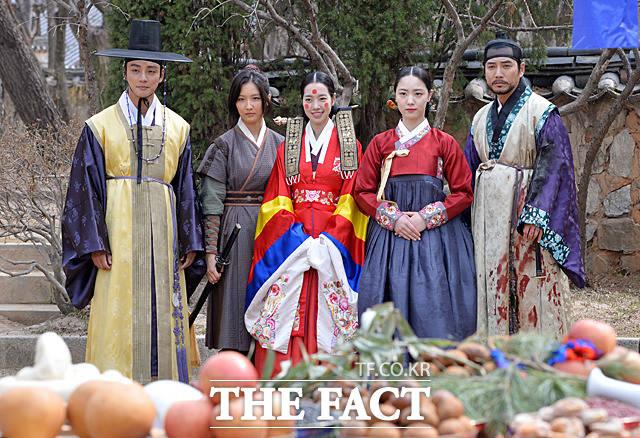 ユン・シユン、ナム・ジヒョン、チン・セヨン、リュ・ヒョヨン、チュ・サンウク(左から)が29日、京畿道(キョンギド)龍仁(ヨンイン)の韓国民俗村で行われたドラマ「大君-愛を描く」の撮影現場に参加した。