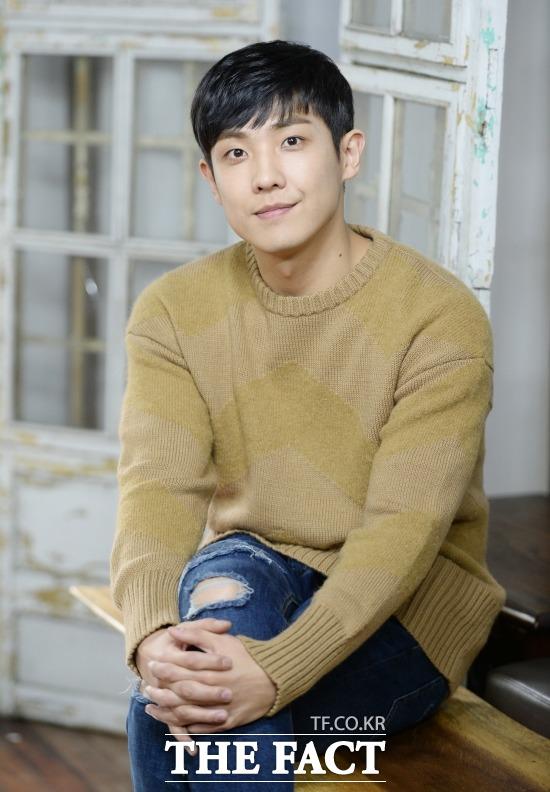 現役兵士として入隊中の俳優イ・ジュンがパニック障害により、補充役(社会服務要員)服務を命じられた。