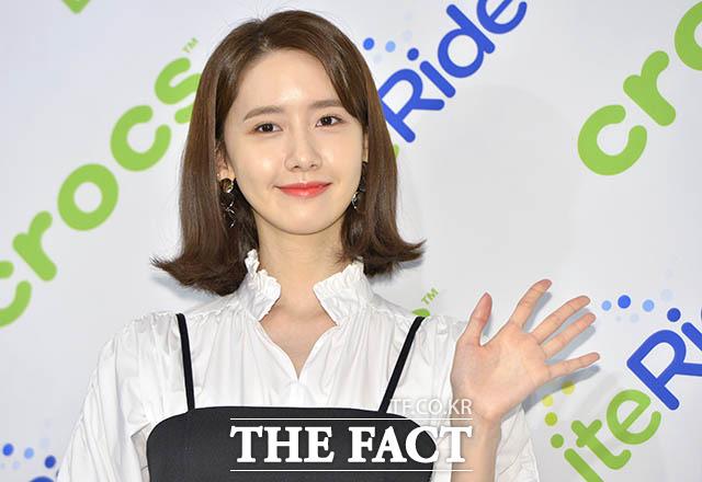 歌手兼女優のユナが3日午後、ソウルで行われた靴メーカー・クロックスの新製品「ライトライド」発売記念イベントに登場した。