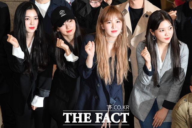 韓国芸術団として平壌公演に参加したRed Velvetが4日午前、仁川国際空港を通じて帰国した。