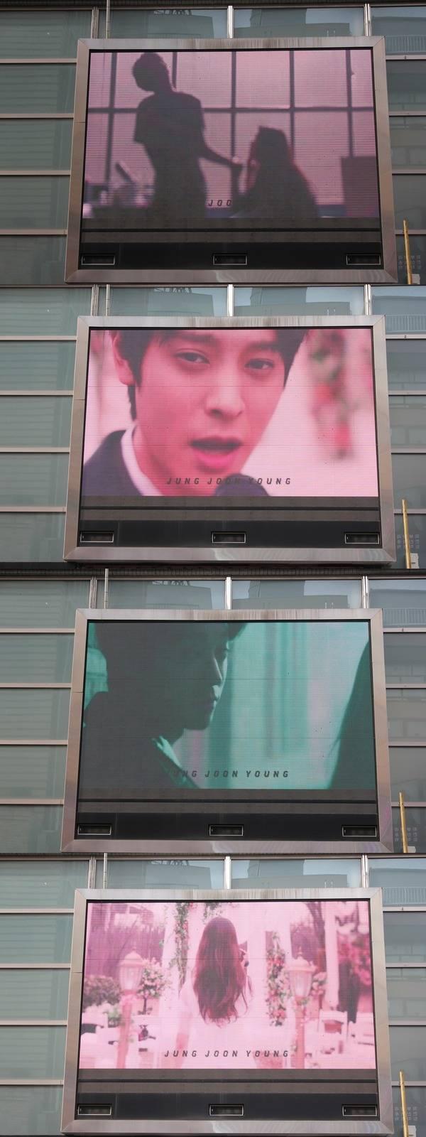 東京・新大久保電光掲示板で記念動画を上映。|写真:Click! StarWars