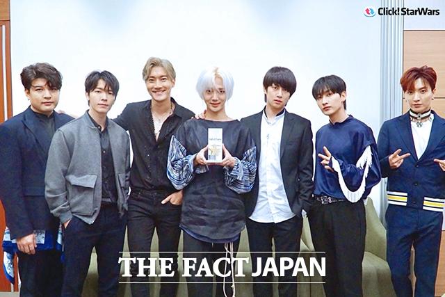 韓国アーティストランキング「Click! StarWars」の歌手ランキングで10週連続1位を達成したSUPER JUNIORが、名誉の殿堂入りをしたことで、記念トロフィーを渡された。|写真提供:Label SJ